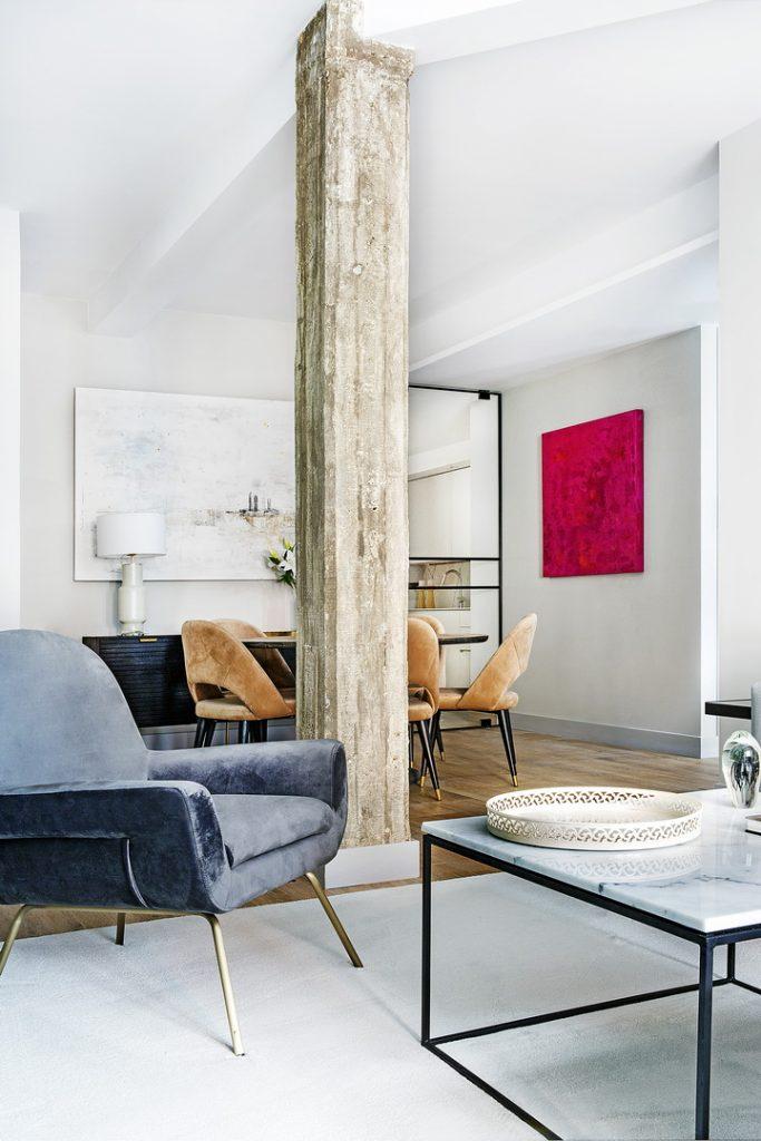 Un apartamento con espacios actuales